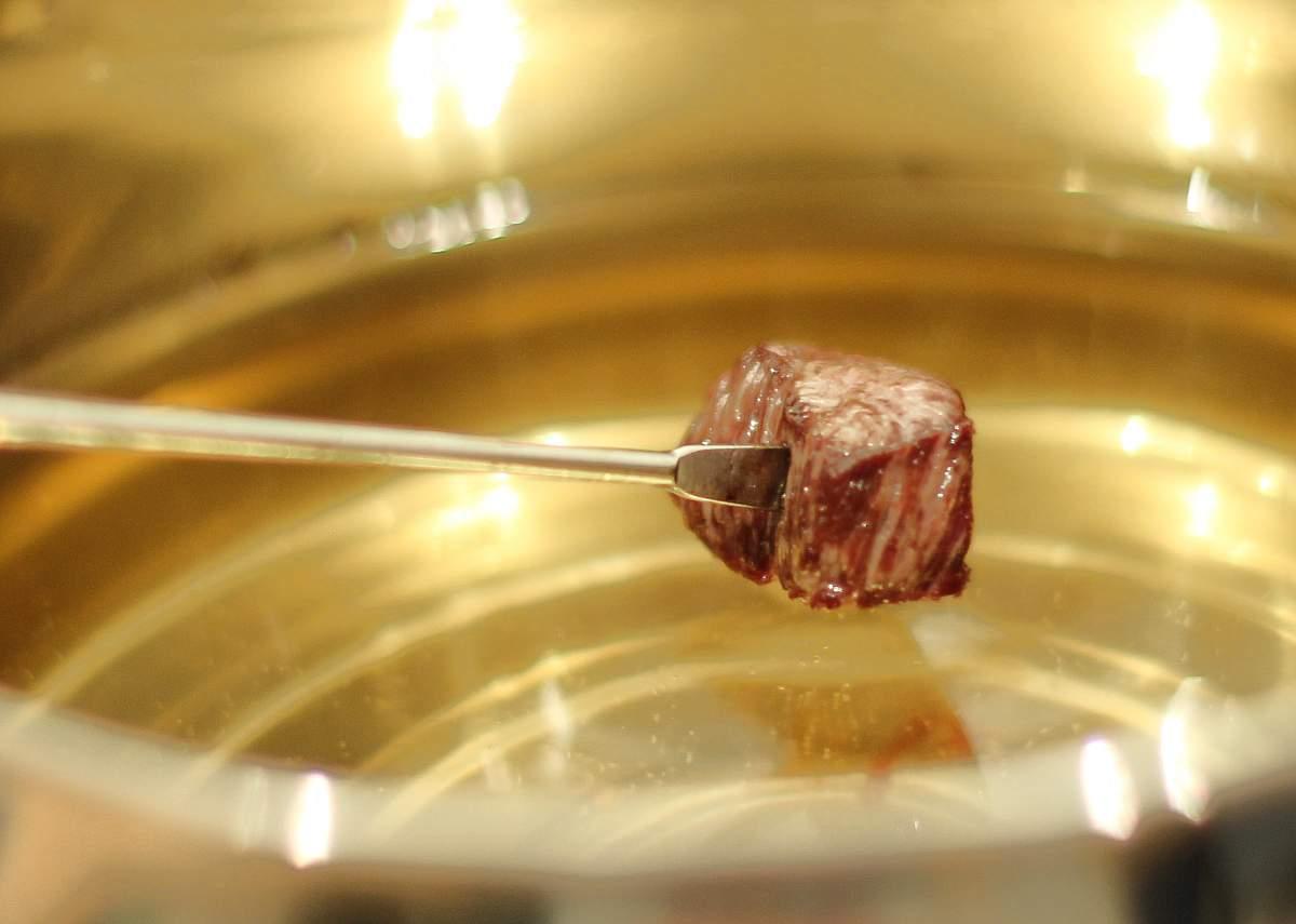 klassisches fleischfondue fondue bourguignonne rezepte bei. Black Bedroom Furniture Sets. Home Design Ideas