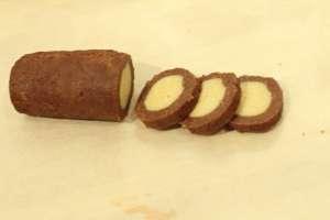 Teigrolle kurz in den Tiefkühler und schwarz-weiße Kekse abschneiden.